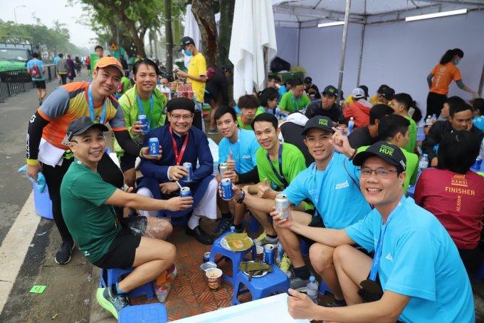 Các vận động viên thưởng thức bia miến phí tại khu ẩm thực của VnExpress Marathon Huế 2020.