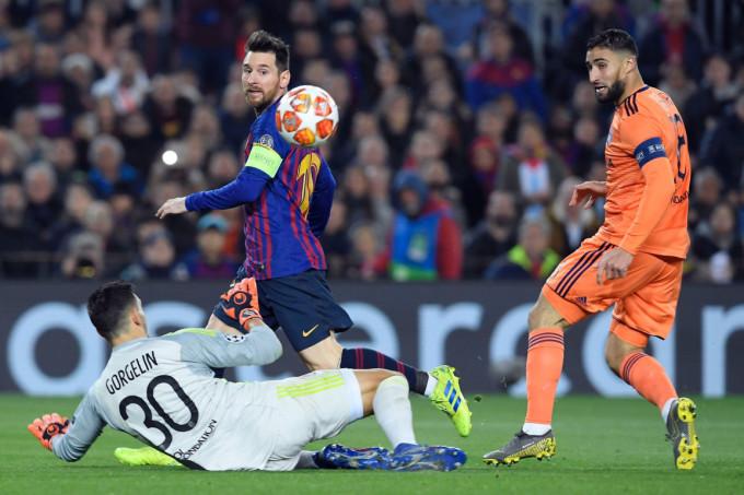 Gorgelin đối mặt và thắng Messi  trong trận vòng 1/8 Champions League năm 2019. Ảnh: AFP