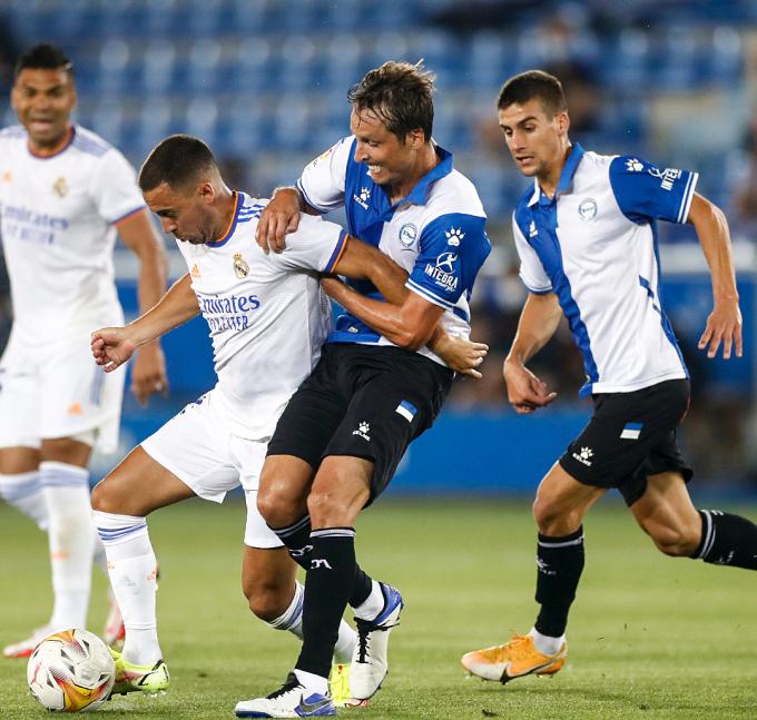 Hazard qua người trong trận thắng Alaves hôm 15/8. Ảnh: realmadrid.com