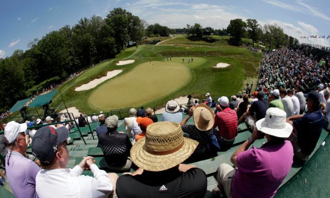 Khán giả theo dõi các golfer đánh tập trên green hố 17 tại US Open 2013 ở Pennsylvania. Ảnh: USA Today