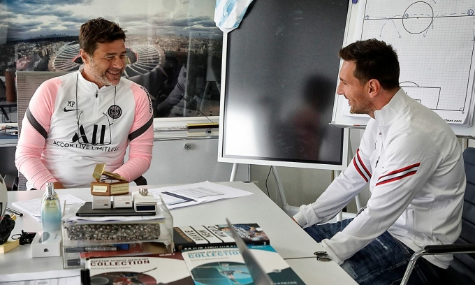HLV Pochettino trò chuyện cùng tân binh Messi ở đại bản doanh PSG. Ảnh: psg.fr