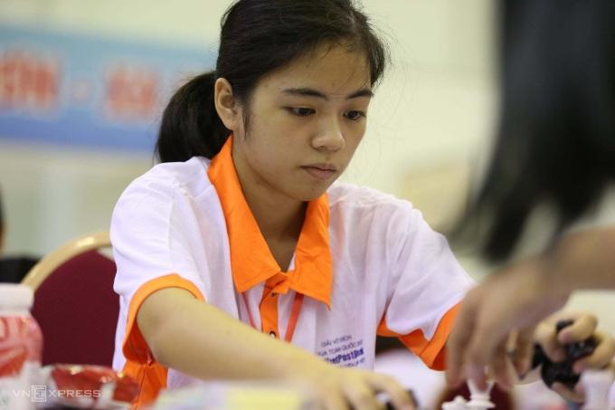 Kỳ thủ Hồng Nhung đỗ và thừa điểm khi thi vào lớp 10 ở bốn trường chuyên Hà Nội, trong cả ba loại chuyên khác nhau gồm Toán, Văn và Anh. Ảnh: Xuân Bình