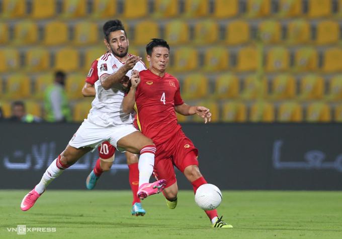 Bùi Tiến Dũng thi đấu trong trận thua UAE 2-3 tại vòng loại thứ hai hồi tháng 6. Ảnh:Lâm Thoả