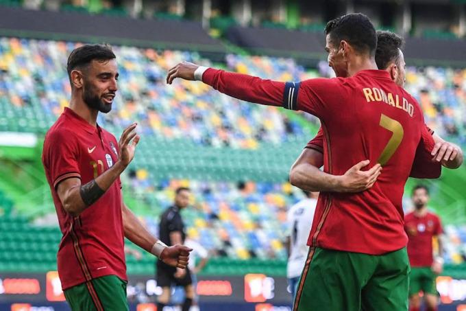 Kể từ khi lên tuyển Bồ Đào Nha năm 2017, Fernandes luôn bị khuất lấp trong cái bóng của đàn anh mỗi lần cùng có mặt trong đội hình với Ronaldo. Ảnh: AFP