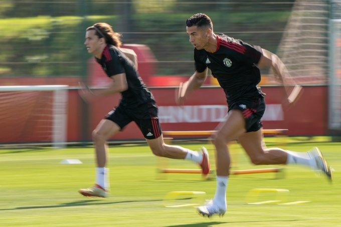 Ronaldo vẫn khiến nhiều đàn em nể phục khi chạy nước rút trên sân tập Carrington. Ảnh: manutd.com