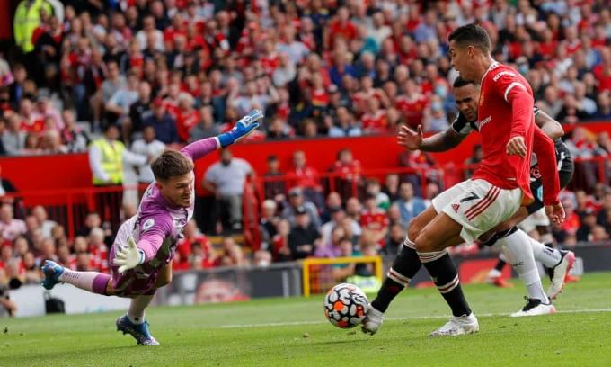 Ronaldo đệm bóng mở tỷ số cho Man Utd. Ảnh: The Observer