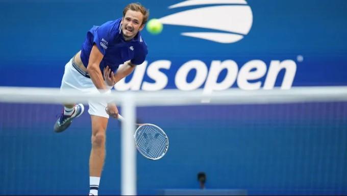 Medvedev giao bóng hai 38 lần và ghi 22 điểm, không lần nào bóng rơi vào góc chữ T ở Deuce Court. Ảnh: US Open