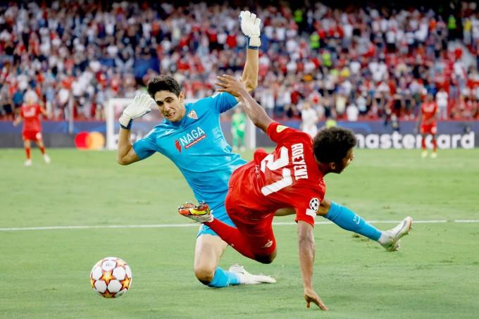 Hàng thủ Sevilla liên tiếp phạm sai lầm khi đối đầu tài năng trẻ Adeyemi. Ảnh: AP