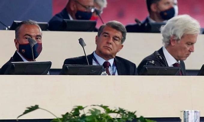 Chủ tịch Joan Laporta (giữa) đang phải giải quyết tình trạng khủng hoảng tài chính ở Barca. Ảnh: AS