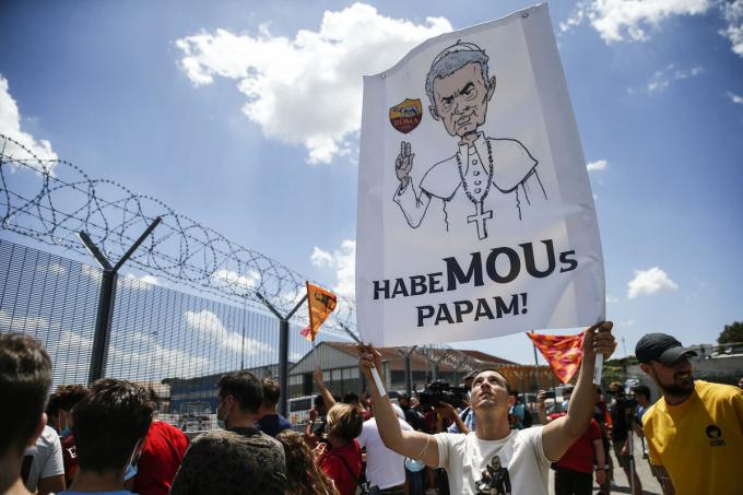 Mourinho từng được ví như Giáo hoàng của Roma khi mới đến với CLB. Ảnh: Lapresse