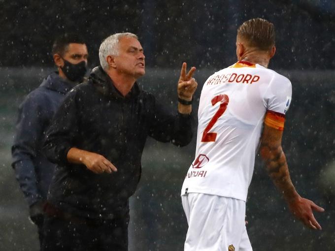 Mourinho muốn các cầu thủ quên ngay trận thua Verona, để tập trung cho trận đấu Udinese. Ảnh: Reuters