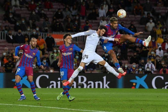 Araujo đánh đầu gỡ hoà 1-1 cho Barca trước Granada hôm 21/9. Tình huống này khắc hoạ rõ nét một Barca phi bản sắc hiện tại, khi dựa nhiều vào lối đá lật cánh đánh đầu và những cầu thủ vô danh. Ảnh: EFE