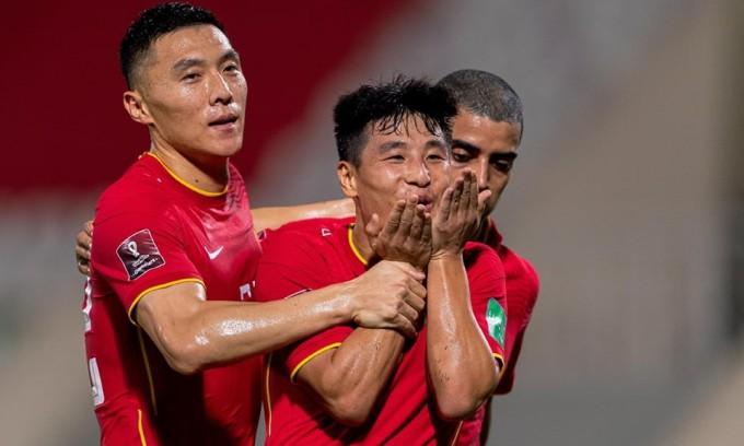 Wu Lei ghi dấu giày trong cả ba bàn của Trung Quốc. Ảnh: Sina.