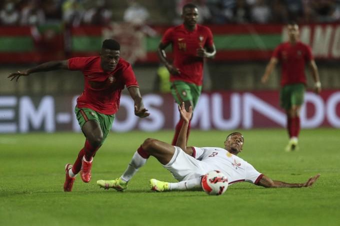 Qatar (trắng) hoàn toàn lép vế trước chủ nhà Bồ Đào Nha. Ảnh: AFP