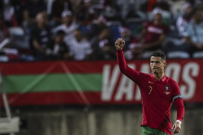 Ronaldo mừng bàn thắng vào lưới Qatar. Ảnh: AFP